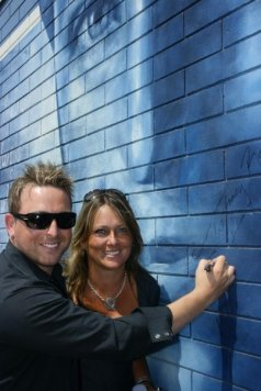 JOHNNY REID SIGNS HIS MURAL